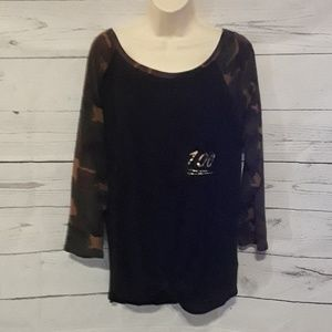 [ FREE KISSES ] SZ 2X CAMO/BLACK 3/4 SLEEVE TOP
